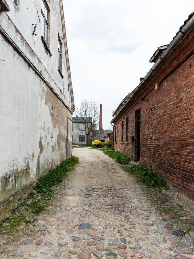 Download Historische Gebouwen In Oude Stad Van Kuldiga, Letland Stock Afbeelding - Afbeelding bestaande uit baltisch, schaduw: 54077951