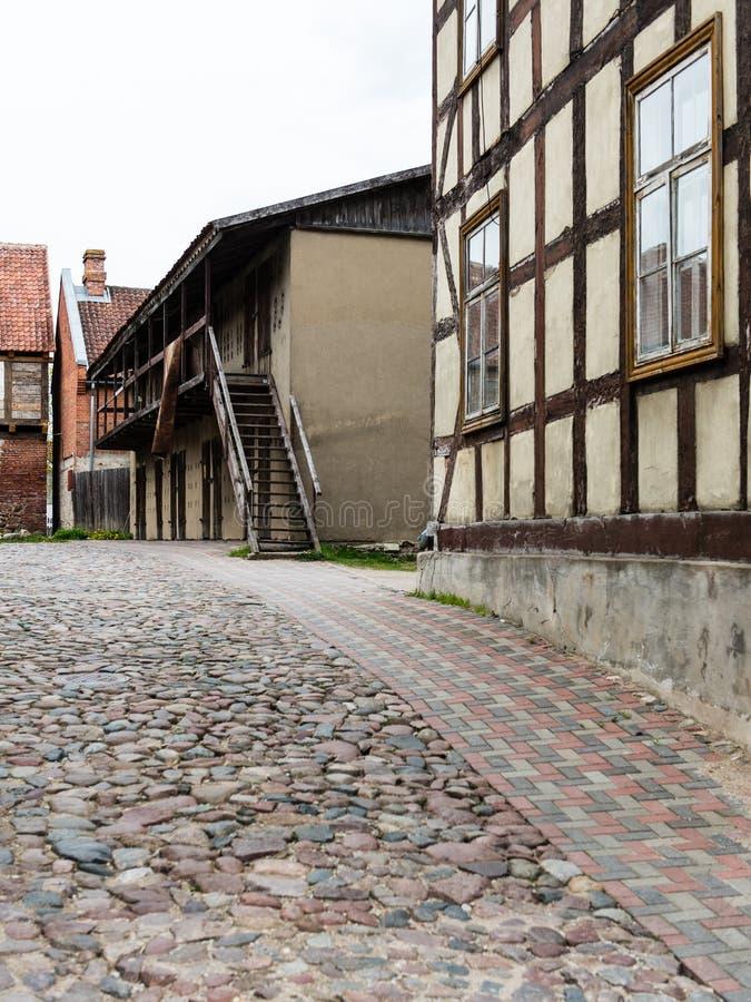 Download Historische Gebouwen In Oude Stad Van Kuldiga, Letland Stock Afbeelding - Afbeelding bestaande uit schaduw, perspectief: 54077993