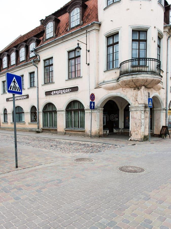 Download Historische Gebouwen In Oude Stad Van Kuldiga, Letland Redactionele Fotografie - Afbeelding bestaande uit omheining, architectuur: 54078137