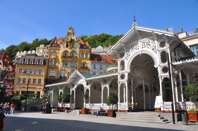 Historische Häuser in karlovy unterscheiden sich - Karlsbad, Tschechische Republik lizenzfreie stockfotografie