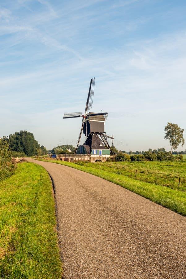 Historische hölzerne hohle Bockwindmühle ab 1762 in einem niederländischen ländlichen Land lizenzfreie stockfotos