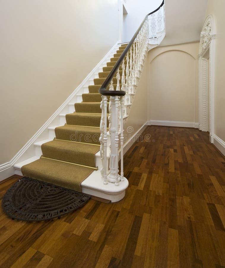 Historische hal met uitstekende trap