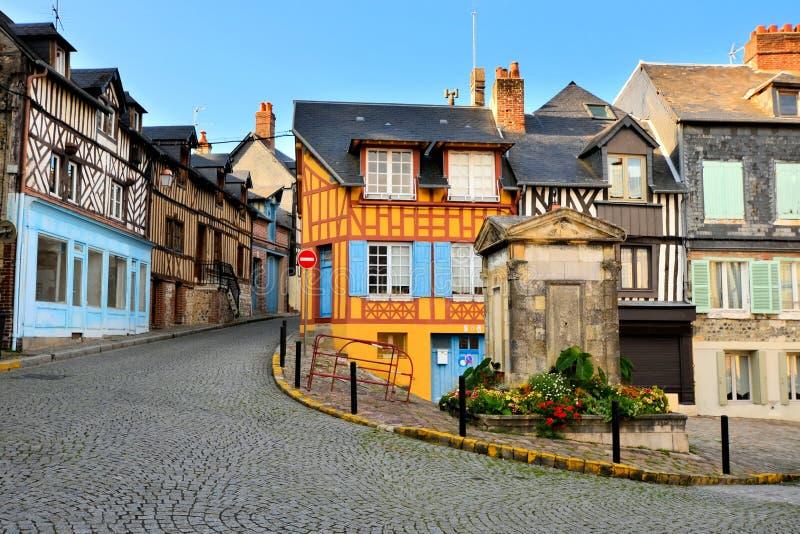 Historische half betimmerde gebouwen in Honfleur, Frankrijk stock foto