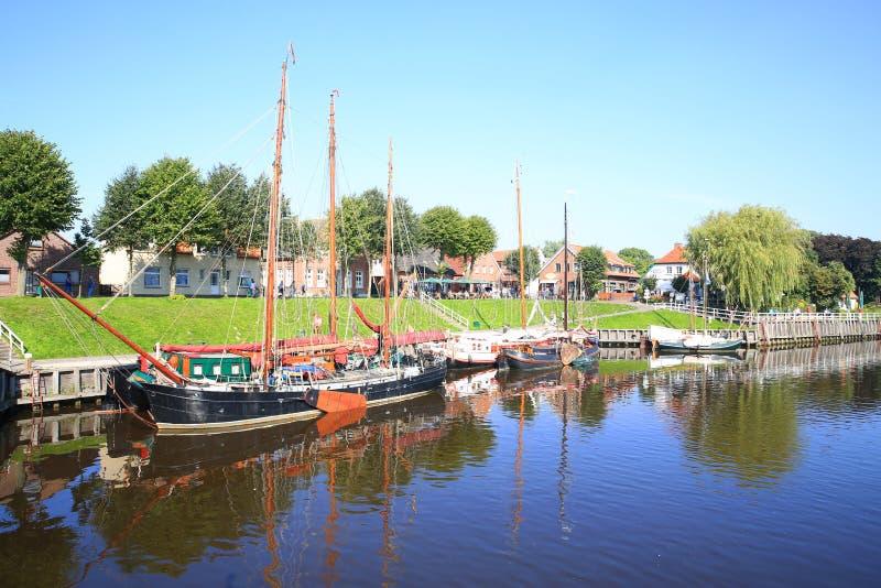 Historische haven in Carolinensiel op de Noordzeekust in Nedersaksen, Duitsland stock foto's