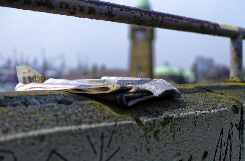 Historische haven in Hamburg met schepen en dokken op de achtergrond en havenfaciliteit met klokketoren in Duitsland Europa op 11 royalty-vrije stock foto's