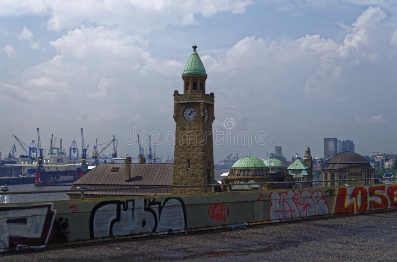 Historische haven in Hamburg met schepen en dokken op de achtergrond en havenfaciliteit met klokketoren in Duitsland Europa op 11 royalty-vrije stock afbeelding