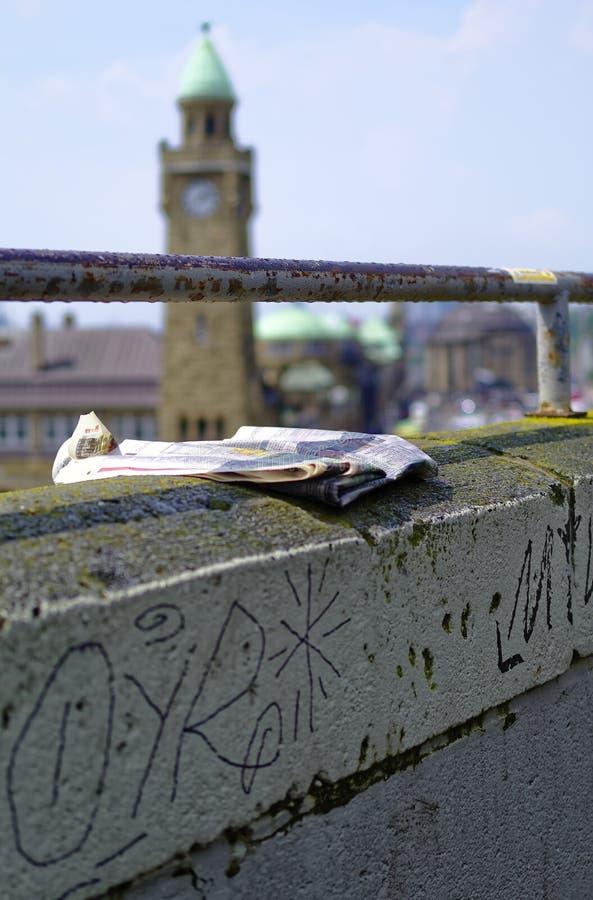 Historische haven in Hamburg met schepen en dokken op de achtergrond en havenfaciliteit met klokketoren in Duitsland Europa op 11 stock foto's