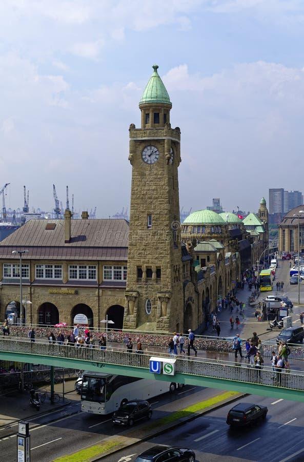 Historische haven in Hamburg met schepen en dokken op de achtergrond en havenfaciliteit met klokketoren in Duitsland Europa op 11 royalty-vrije stock afbeeldingen