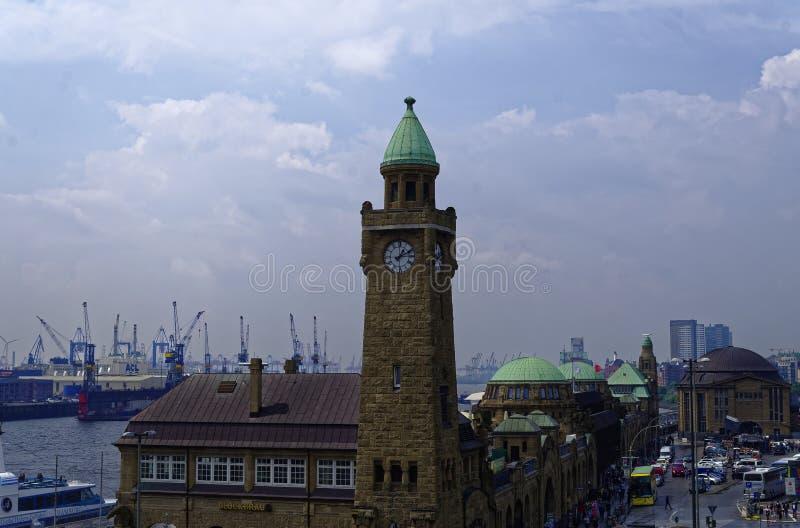 Historische haven in Hamburg met schepen en dokken op de achtergrond en havenfaciliteit met klokketoren in Duitsland Europa op 11 royalty-vrije stock foto