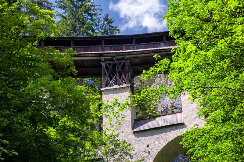 Historische Houten Behandelde Brug van St Georgenberg in Tirol royalty-vrije stock foto's