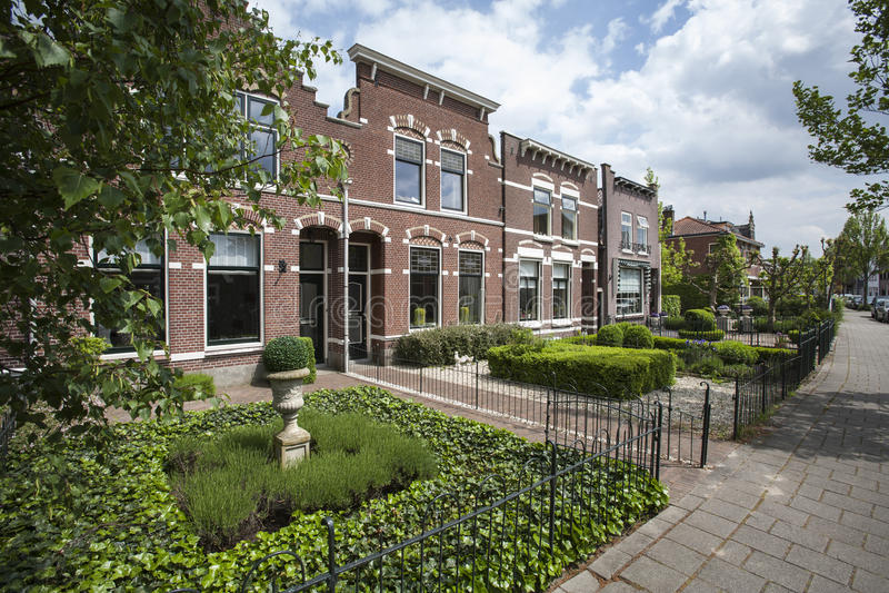 Historische huizen met voortuinen in nederland stock for Foto s voortuinen