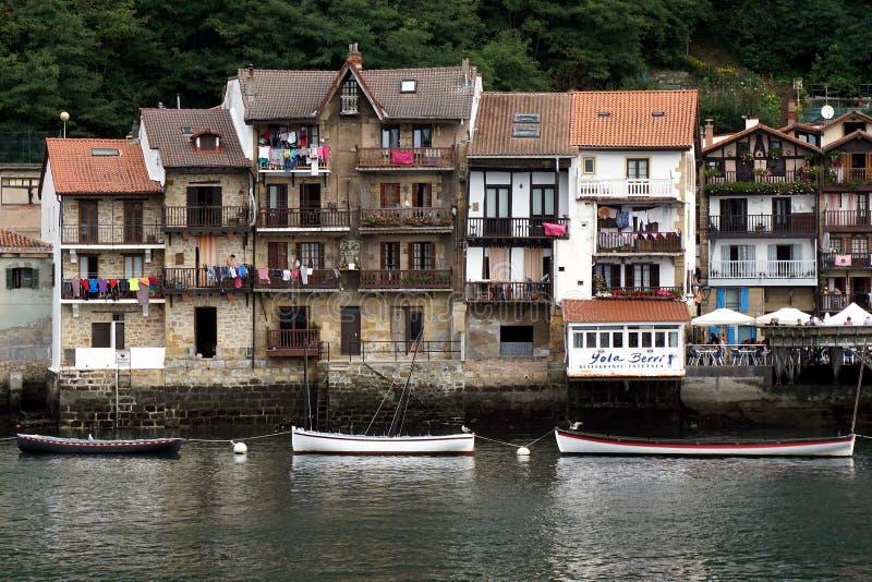 Historische huizen op de waterkant van pasaia in Baskisch land stock afbeeldingen