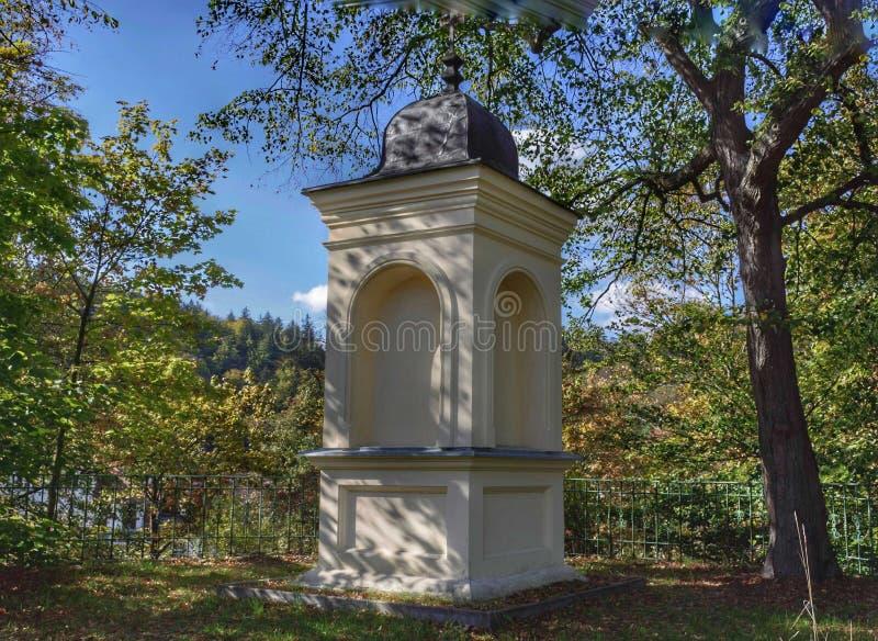 historische Kapelle auf einem Hügel in Karlovy Vary lizenzfreies stockfoto