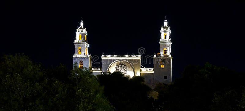 Historische kathedraal bij nacht in Merida, Mexico royalty-vrije stock foto's