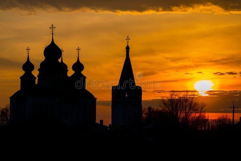 Historische Kerk, verrijzeniskathedraal in Starocherkassk Zonsonderganghemel boven de Kerk Mooie Koepels 1706-1719 stock afbeelding