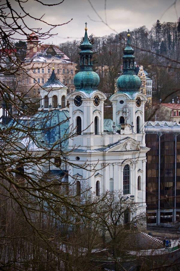 Historische Kirche in der Stadt stockbild