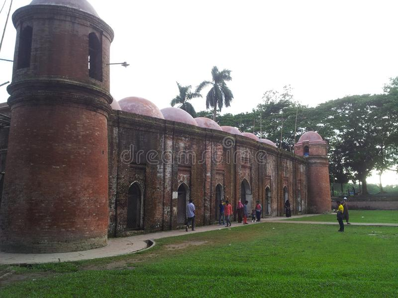 Historische 60 koepelsmoskee van Shatgombuj in Bagerhat stock afbeeldingen