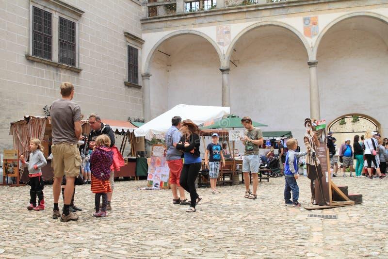 Historische markt op binnenplaats van Kasteel in Telc stock foto's