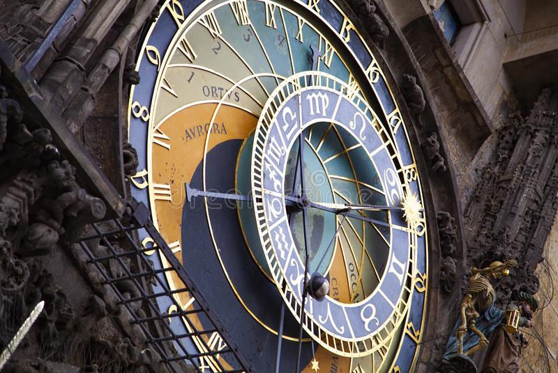 Historische mittelalterliche astronomische Uhr in Prag auf altem Rathaus, Tschechische Republik stockbild