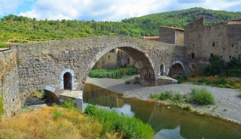Historische mittelalterliche Brücke bei Lagrasse Languedoc stockfotografie
