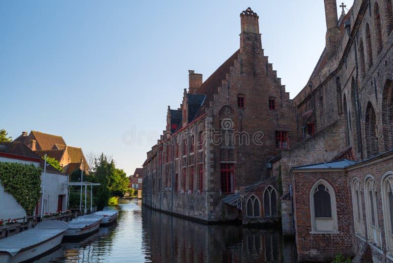 Historische mittelalterliche Gebäude mit schönem Kanal in der alten Stadt von Brügge Brügge lizenzfreie stockfotografie