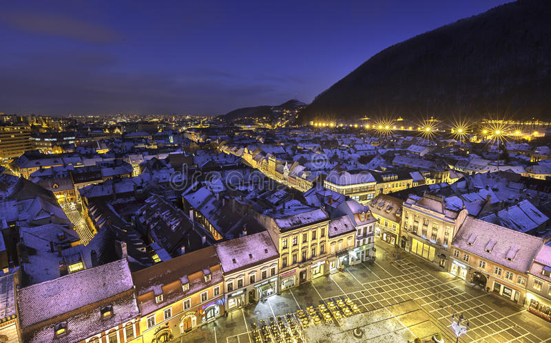 Historische mittelalterliche Stadt von Brasov, Siebenbürgen, Rumänien, im Winter 6. Dezember 2015 stockfotografie