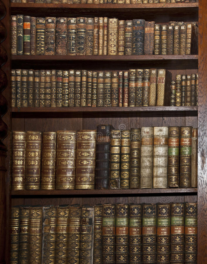 Historische oude boeken in oude bibliotheek royalty-vrije stock afbeeldingen