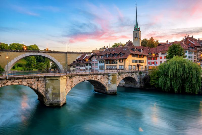 Historische Oude Stad van de stad van Bern op dramatische zonsondergang, Zwitserland royalty-vrije stock foto