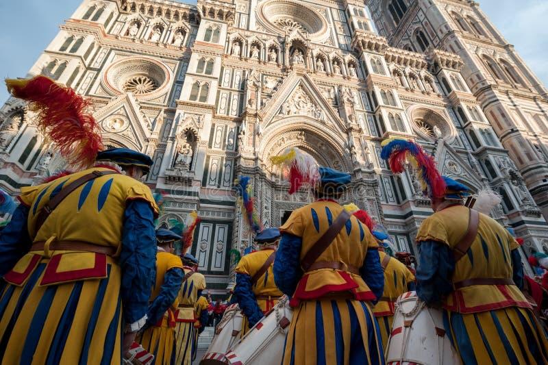 Historische parade in Florence, met supplementen in vlezige kostuums stock fotografie