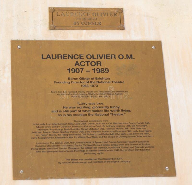 Historische plaque die recente grote Laurence Olivier afschilderen die buiten het nationale theater Londen, 2018 gesitueerd is stock afbeelding