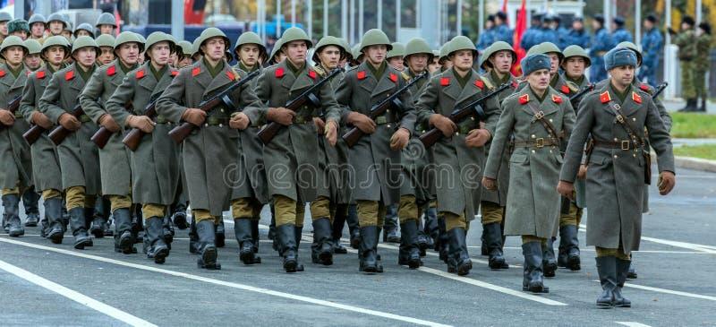 Historische Rekonstruktion des Kampfes des zweiten Weltkriegs Die Soldaten sind im Bereich im Bau stockfoto