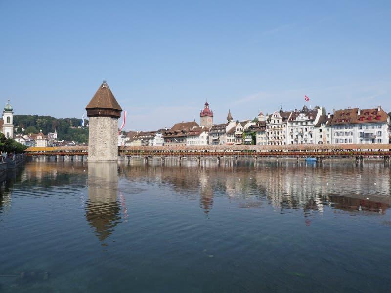 Historische repräsentativgebäude, Kapellenbrücke und Turm in Reuss-Fluss in der europäischen Stadt der Schönheit bei der Schweiz stockbilder