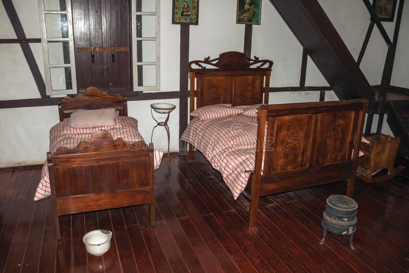 Historische reproductie van een oude slaapkamer stock fotografie