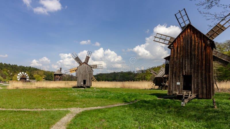 Historische Roemeense windmolens dichtbij Sibiu stock afbeelding