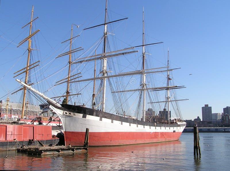 Historische Segelnlieferung im Pier von New York stockbilder