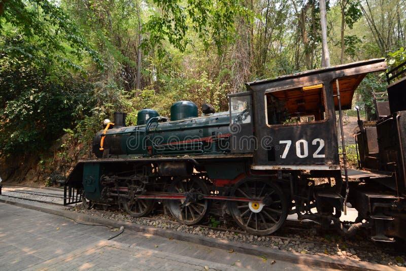 Historische spoorwegmotor op de doodsspoorweg Nam Tok Kanchanaburi thailand stock afbeelding