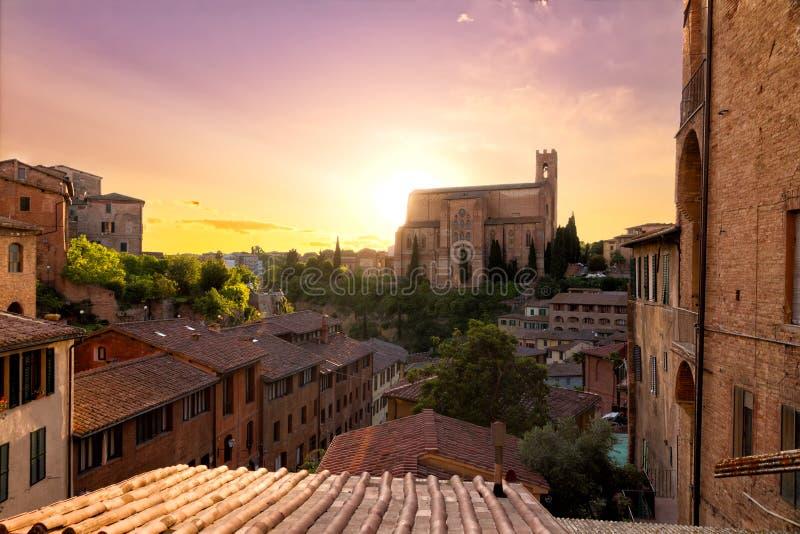Historische stad van Siena met San Domenico, Italië royalty-vrije stock afbeelding