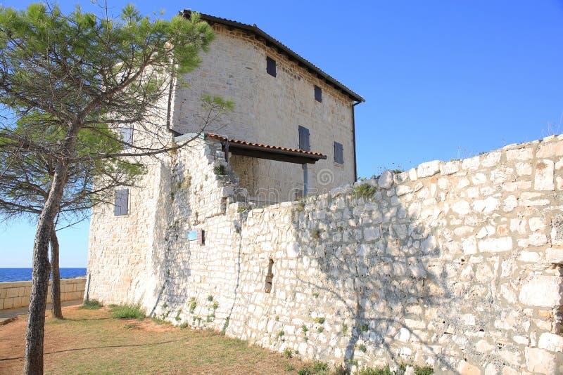 Historische stadsmuur van Umag in Kroatië stock afbeeldingen