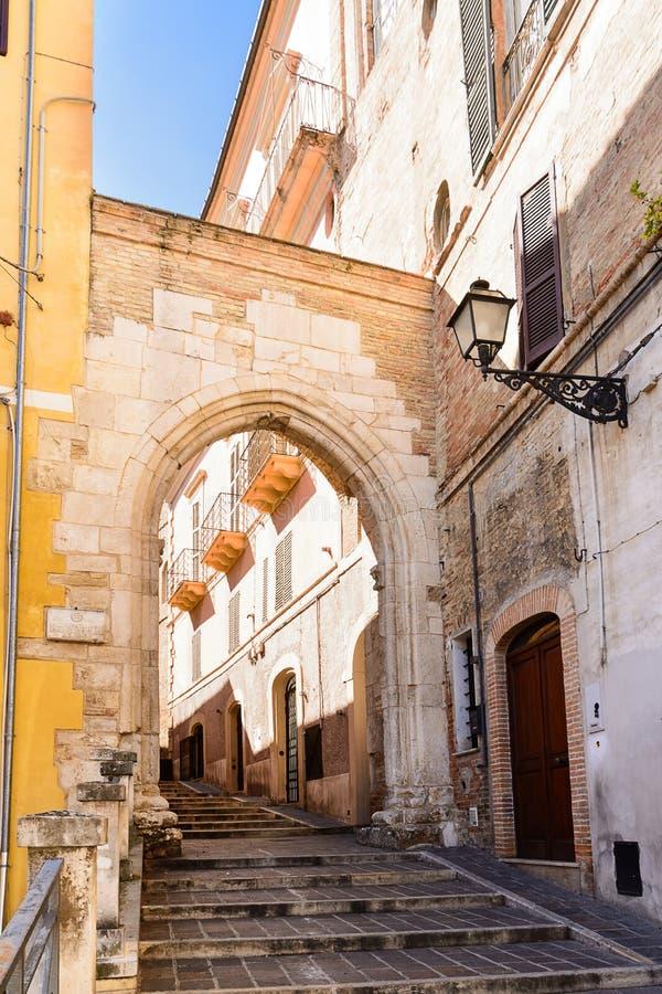Historische stadspoort, en smalle straten in de oude stad van Chie royalty-vrije stock foto