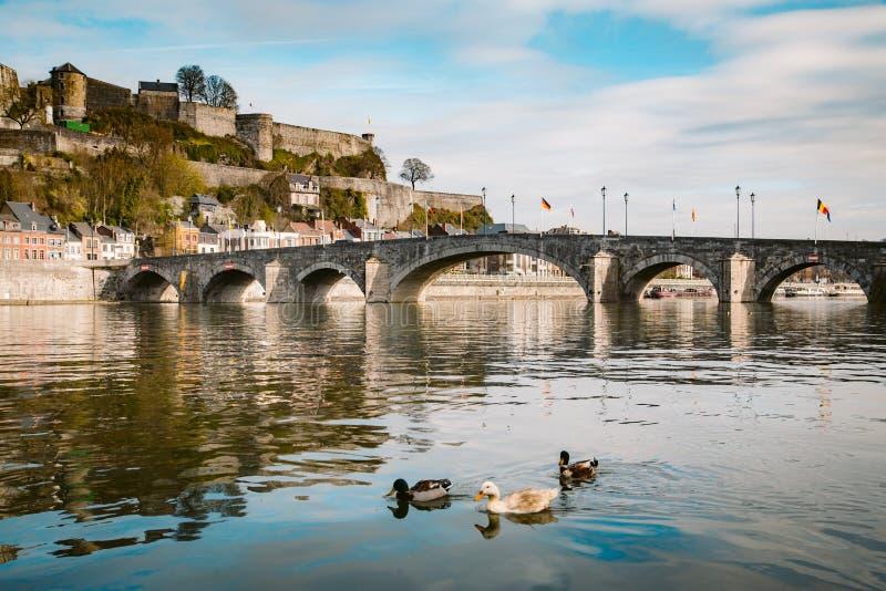 Historische Stadt Namur mit Alte Brücke und Fluss Mause, Wallonien, Belgien lizenzfreie stockbilder