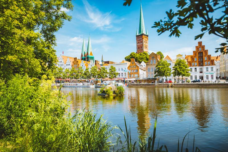 Historische Stadt von Luebeck mit Trave-Fluss im Sommer, Schleswig-Holstein, Deutschland stockfoto