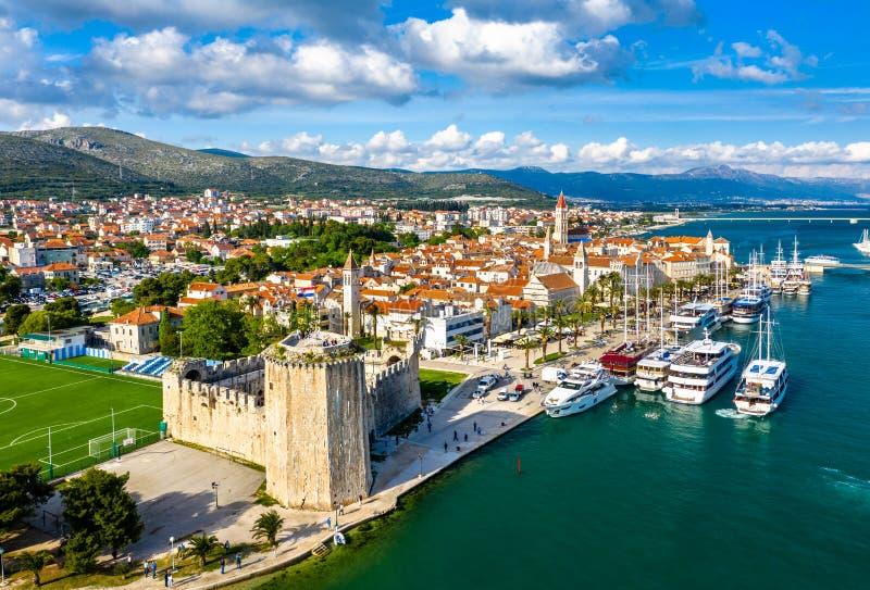 Historische Stadt von Trogir in Kroatien stockbilder