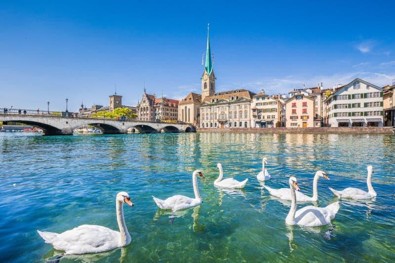 Historische Stadt von Zürich mit Fluss Limmat, die Schweiz stockfotografie