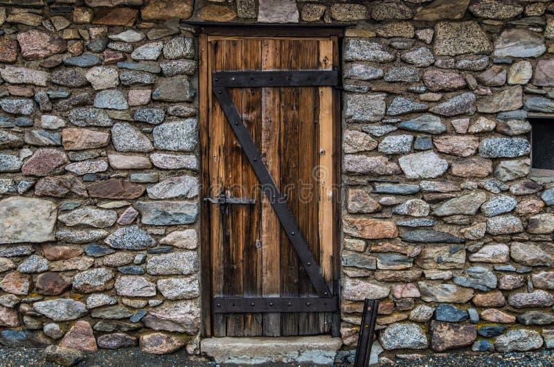 Historische steenmuur en deur royalty-vrije stock afbeelding