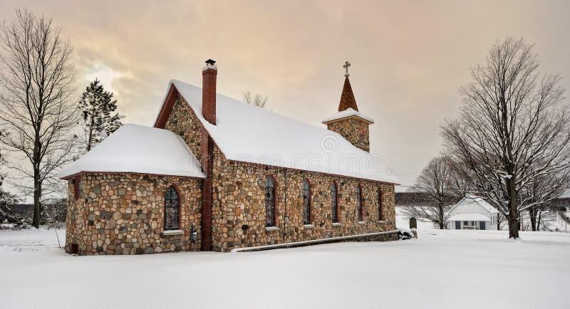 Historische Steinkirche im Winter. Michigan USA stockfotos