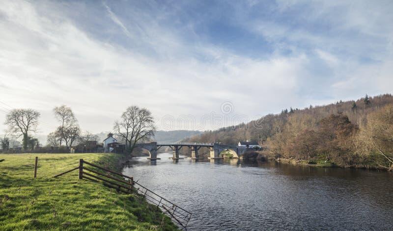Historische Tolbrug die Riviery in het UK overspannen stock foto