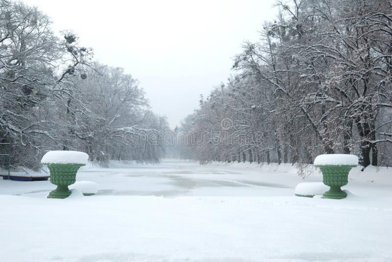 Historische Vazen en een Bevroren Vijver onder Sneeuw stock afbeelding