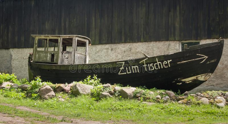 Historische vissersboot aan wal op eilandusedom royalty-vrije stock foto's