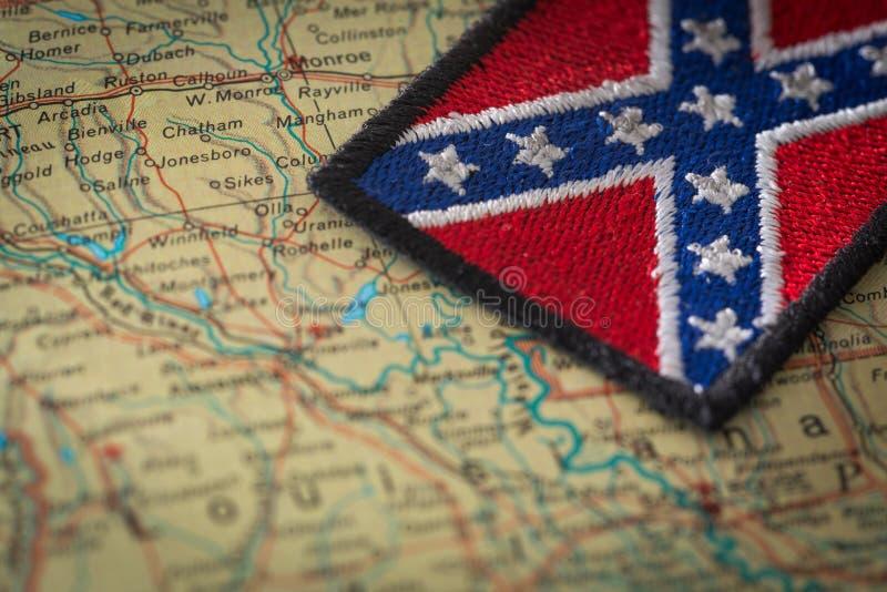 Historische vlag van het zuiden van de Verenigde Staten op de achtergrond van de kaart van de V.S. stock foto