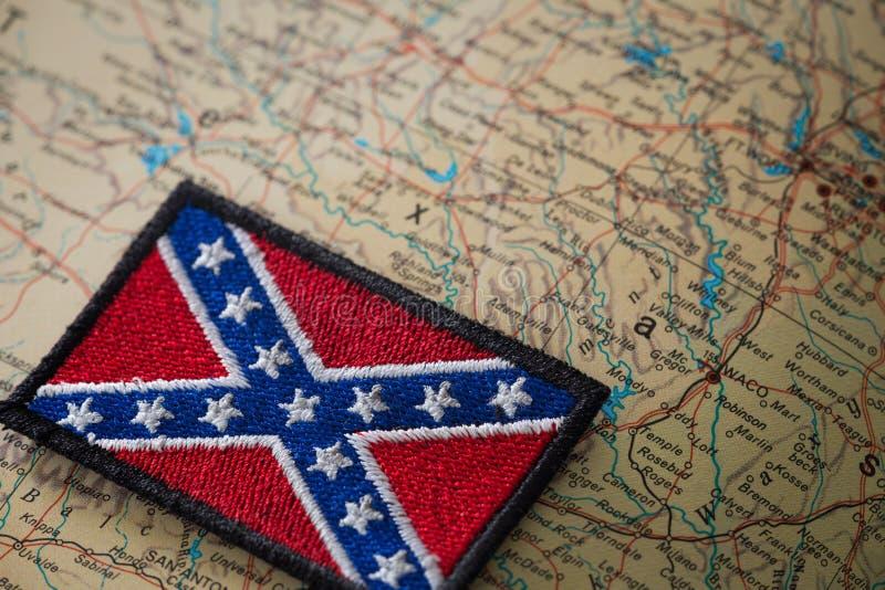 Historische vlag van het zuiden van de Verenigde Staten op de achtergrond van de kaart van de V.S. royalty-vrije stock foto